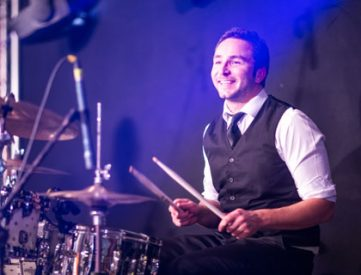 Jörg Harsch ist Schlagzeuger der Coverband PARTYBLUES